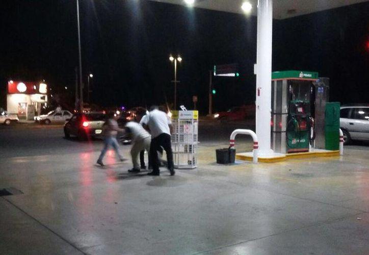 Un grupo de manifestantes causó daños en una gasolinera de Playa del Carmen esta noche. (Daniel Pacheco/SIPSE)