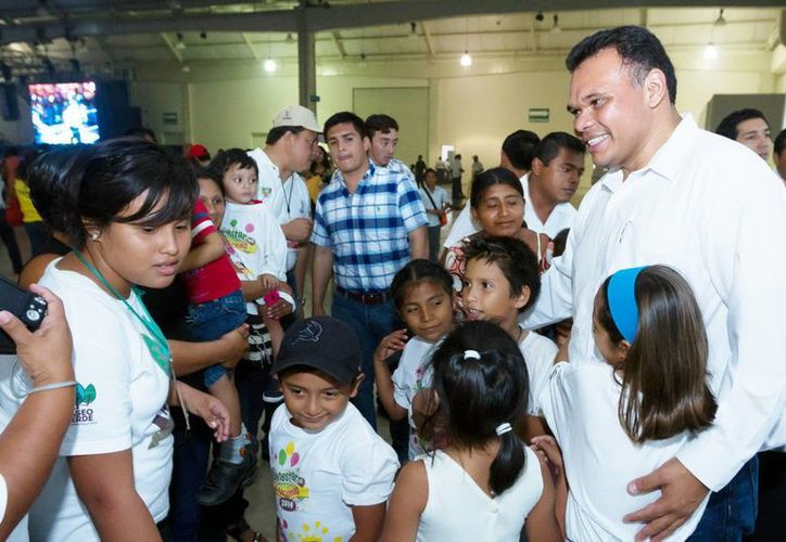 Los más pequeños del hogar convivieron con el gobernador Rolando Zapata Bello durante la clausura de Bienestar en Vacaciones. (Milenio Novedades)
