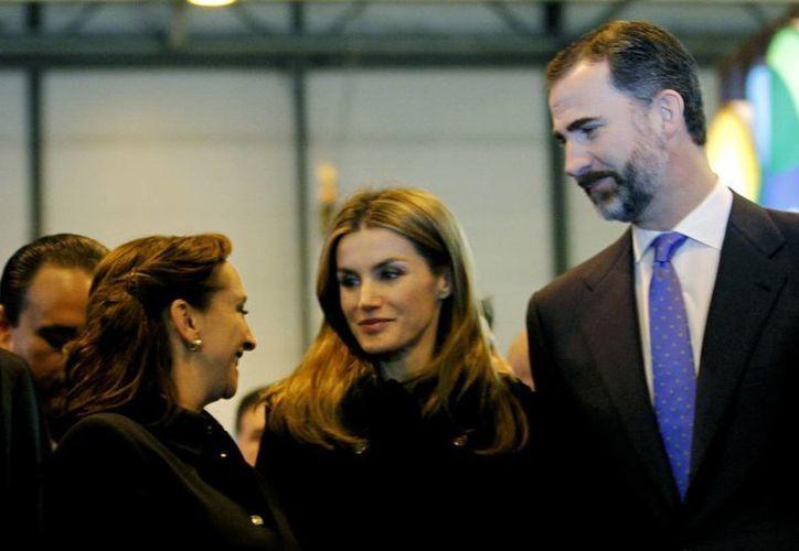 La secretaria mexicana de Turismo, Claudia Ruiz Massieu, acompañada de los príncipes de Asturias Letizia y Felipe. (Notimex)