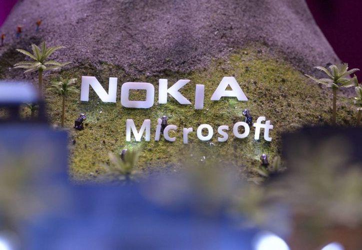 Detalle del logotipo de Nokia y Microsoft en una maqueta en el expositor de Telekom en la Feria tecnológica IFA, el 5 de septiembre de 2013 en Berlín, Alemania. (EFE/Archivo)