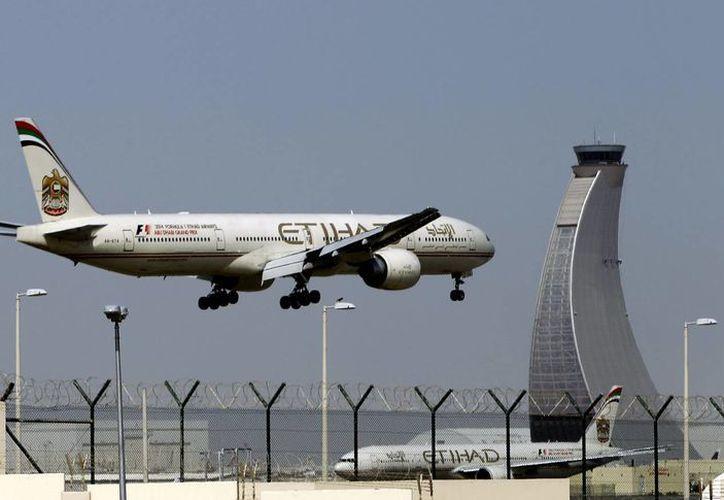 Cientos de pasajeros desembarcaron en San Francisco, a salvo pero furiosos porque un vuelo de ultramar de 28 horas incluyó 12 horas en una pista en el Medio Oriente, sin alimentos ni información precisa. (Agencias)