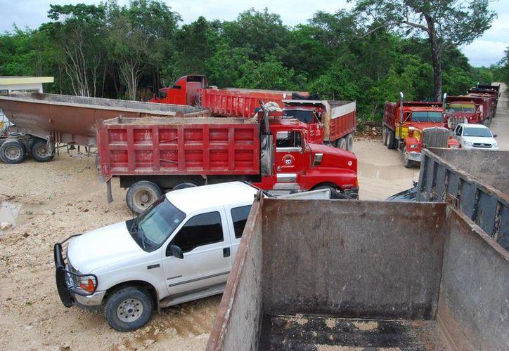 Las pesadas unidades durante el bloque de la entrada al relleno sanitario. (Tomás Álvarez/SIPSE)