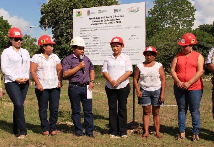 El alcalde encabezó la puesta de la primera piedra. (Raúl Balam/SIPSE)