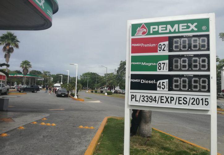 En las gasolineras de la ciudad de Cancún, no se ha registrado un incremento. (Redacción)