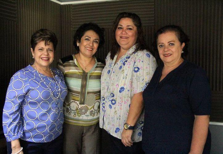 Las conductoras de Salvemos una Vida, Alis García y Esperanza Nieto, junto a sus invitadas. (José Acosta/SIPSE)