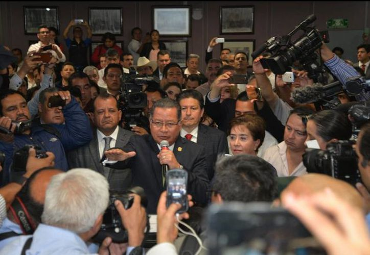 Flavino Ríos al momento de rendir protesta como gobernador interino de Veracruz. (twitter/@sumario7)