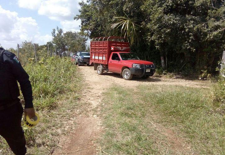 El cuerpo del hombre ejecutado se encontraba a 40 metros de su camioneta. (Foto: Redacción/SIPSE)
