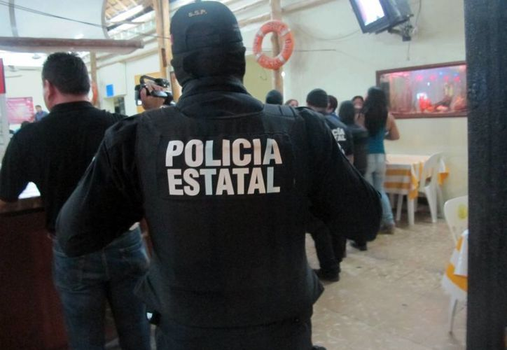 Elementos policiacos revisan establecimientos donde se expenden bebidas alcohólicas. (Manuel Pool/SIPSE)