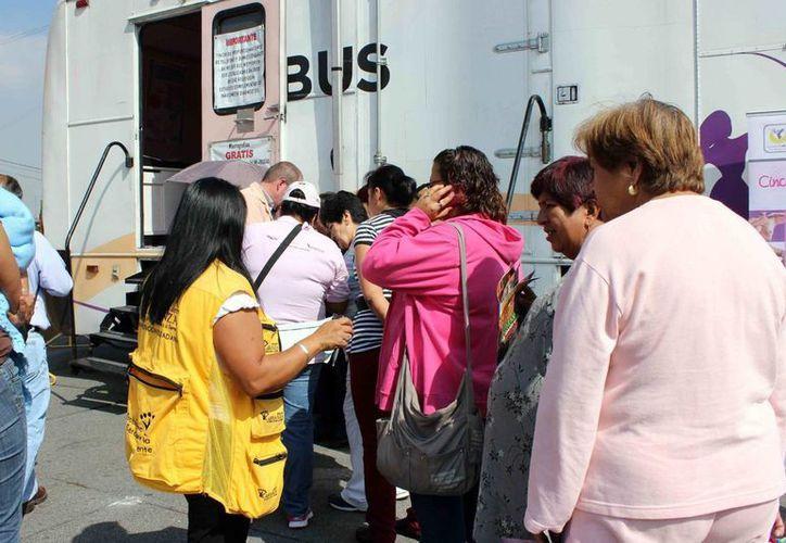 Mujeres a las afueras de una unidad móvil para realizar mastografías. (Notimex)