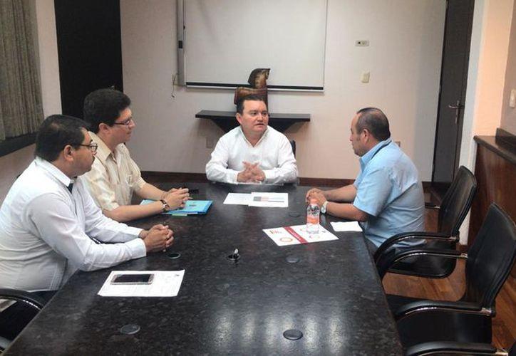 El coordinador estatal del Inegi, Carlos Fernando Novelo Vela, se reunió con el magistrado presidente del Poder Judicial de Quintana Roo, José Antonio León Ruiz. (Cortesía)