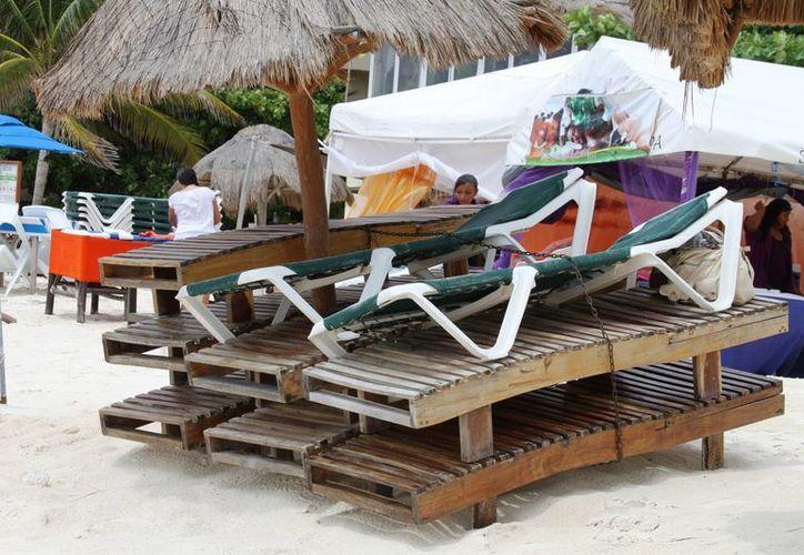 Prestadores de servicios turísticos, tanto de la zona de playas como de la Quinta Avenida, perciben bajas ventas por el mal clima. (María Mauricio/SIPSE)