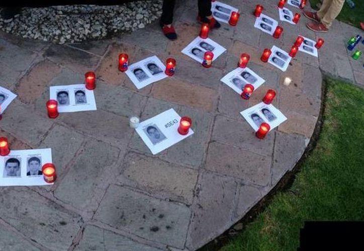 Alumnos del Tec Campus Querétaro prenden veladoras en apoyo a estudiantes de Iguala desaparecidos. (twitter.com/CiudadyPoderQ)