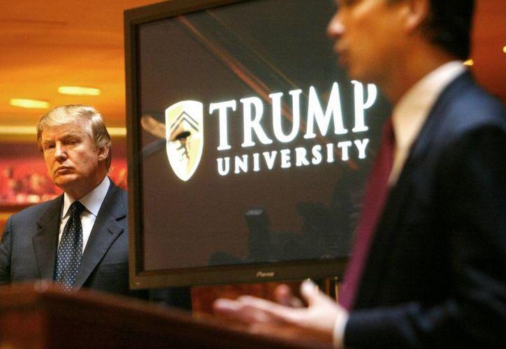 Donald Trump (izquierda) en la presentación de la Universidad en el 2005. (Agencias)