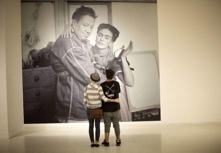 Foto de Frida Kahlo y Diego Rivera correspondiente a una exposición en el Museo de Arte de Fort Lauderdale, Florida. (Foto: AP)