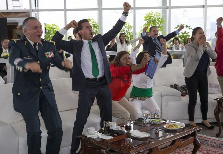 Mientras veía el partido de México vs Croacia, el presidente Enrique Peña estuvo acompañado por funcionarios de alto nivel como el secretario de la Sedena, Salvador Cienfuegos. (presidencia.gob.mx)