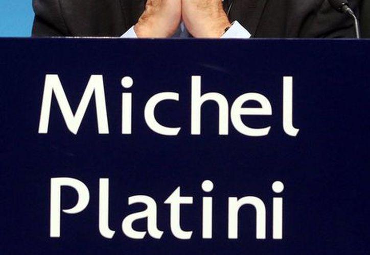 Michael Platini, exfutbolista francés, está nuevamente en el ojo el huracán: ahora la FIFA pedirá su  expulsión definitiva de toda actividad relacionada con el futbol. (Archivo/AP)