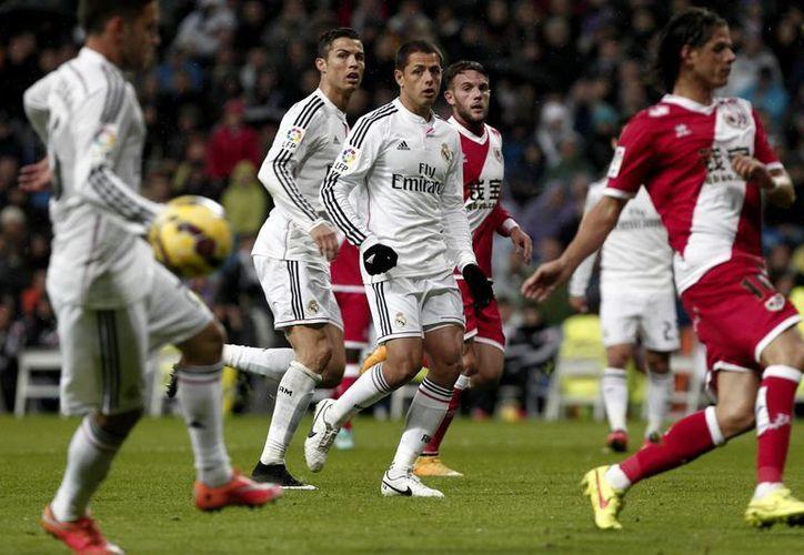 Javier Hernández, Chicharito (c), podría estar viviendo sus últimos minutos con Real Madrid. Hoy muchos clubes de varios países de Europa e incluso de EU esperan contar con sus servicios. (Notimex)