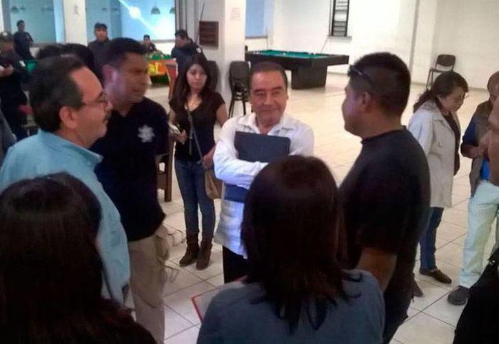 Policías 'amotinados' de Oaxaca entregaron el cuartel en el que se mantenían resguardados. El Gobierno decidió suspender a 16 de los 350 agentes 'rebeldes'. (excelsior.com.mx)