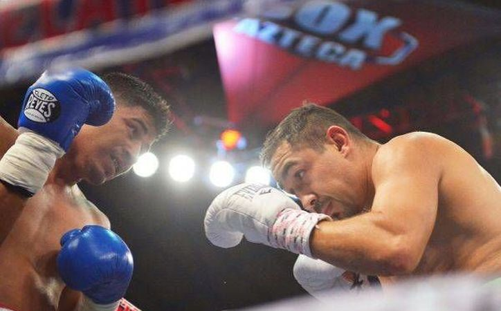 Una lesión de Daniel Ruiz le dio el triunfo a Humberto <i>Zorrita</i> Soto, por nocaut técnico en 2 rounds. (Notimex)