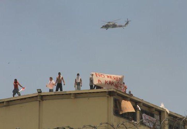 Los internos subieron al techo del penal para mostrar mantas contra un reo apodado 'Kakino'. (Milenio).