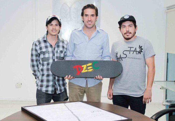 Pablo Gamboa Miner con jóvenes skates. (SIPSE)