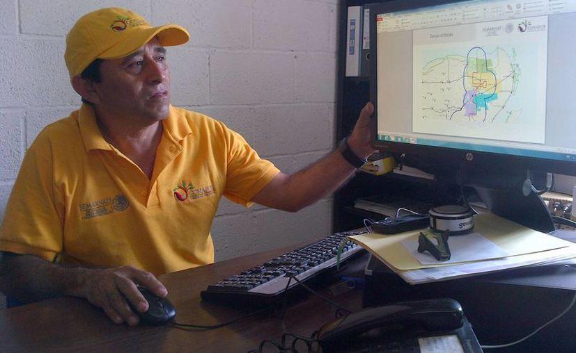 Carlos Pinzón Arguello realiza monitoreo satelital de incendios. (Daniel Pacheco/SIPSE)