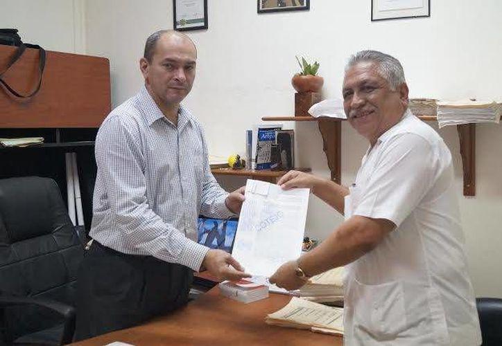 Jervis García (d), quien en la foto recibe el reconocimiento jurídico de su triunfo, indicó que en los últimos días se ha dedicado a la organización de un equipo de trabajo. (Cortesía)