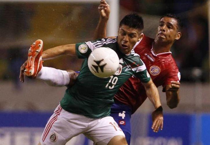Oribe Peralta (en primer plano), una de las figuras de la Selección Mexicana que calificó al Mundial de Brasil 2014. (Agencias/Foto de archivo)