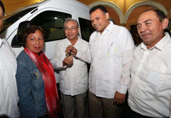 El gobernador de Yucatán, Rolando Zapata Bello, entregó ayer vehículos de traslado de pacientes a municipios del interior del estado. (SIPSE)