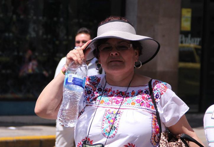 Ante el fuerte calor, mucha gente optó por consumir productos hidratantes y refrescantes. (José Acosta/SIPSE)