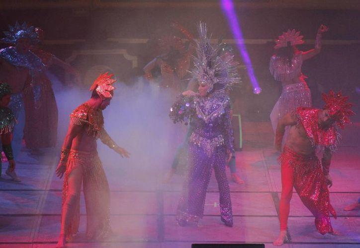La cantante durante su presentación en la Plaza de Toros. (Israel Leal/SIPSE)