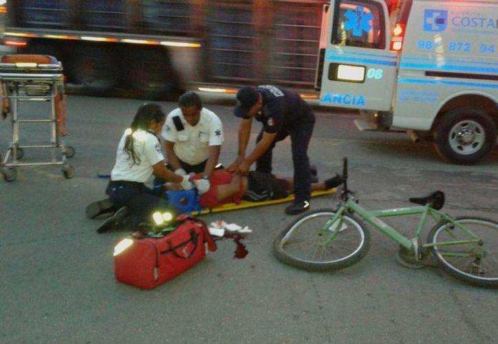 El conductor de una camioneta atropelló a un ciclista que se encuentra grave en el hospital. (Redacción/SIPSE)