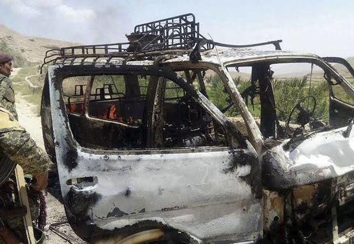 Al menos 7 personas, 5 de ellos turistas extranjeros, resultaron heridas. Oficiales de seguridad inspeccionan el convoy que fue blanco de la emboscada de los talibanes, cerca de Herat, Afganistán. (EFE)