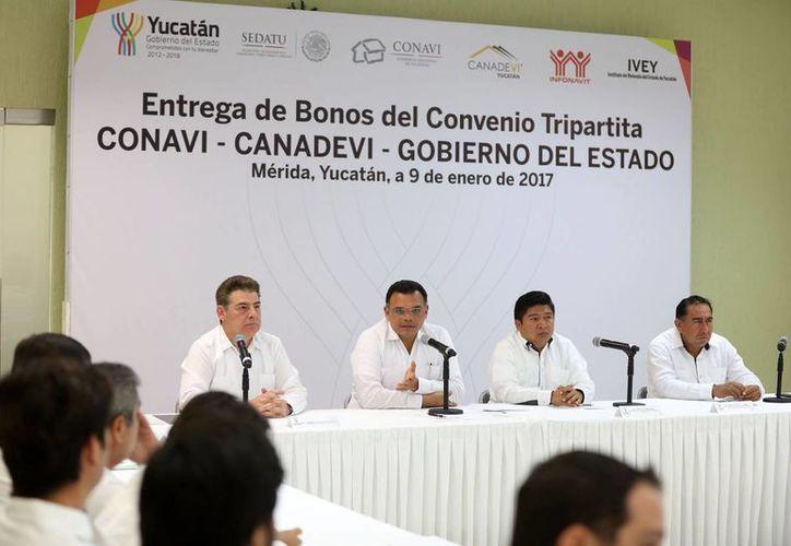 Al informar sobre los nuevos apoyos en viviendas el Gobernador realizó un recuento de las obras estratégicas que se desarrollan en Yucatán. (Foto cortesía del Gobierno)