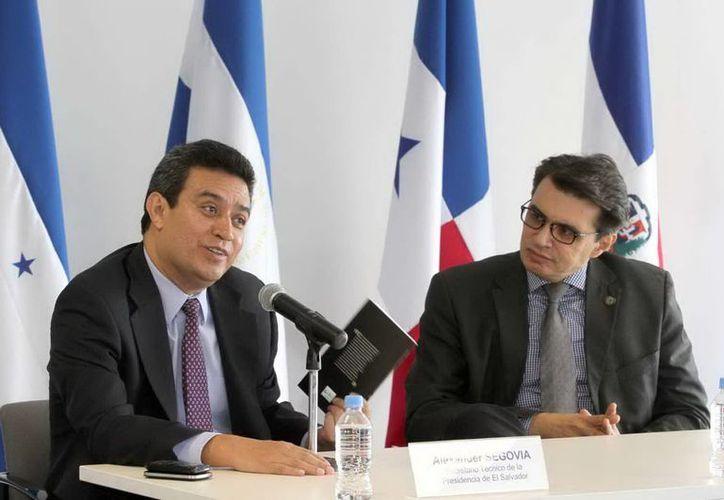 El secretario técnico de la presidencia de El Salvador, Alexander Segovia (izq) y el director del CEPAL, Hugo Beteta. (Notimex)