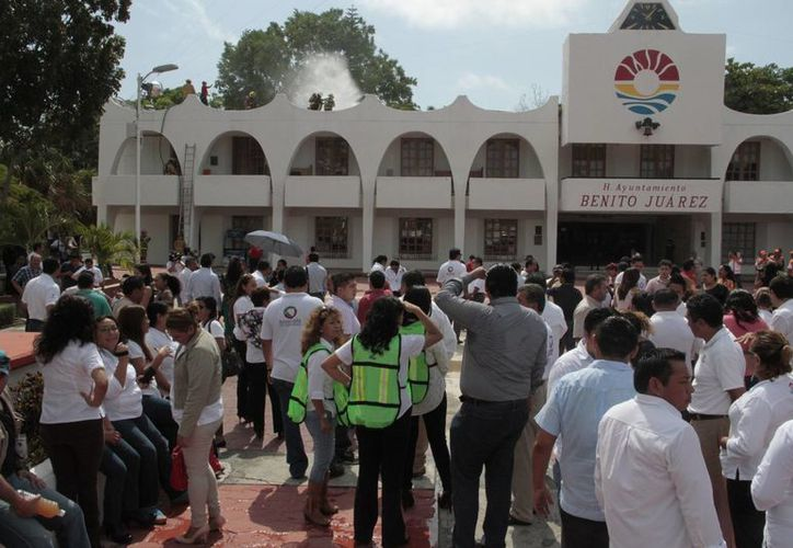 Los trabajadores desalojaron las oficinas de la Comuna. (Tomás Álvarez/SIPSE)