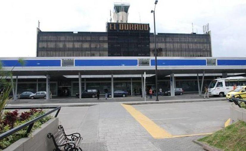 La Policía Antinarcóticos de Colombia detuvo en el aeropuerto Internacional El Dorado, de Bogotá, a un ciudadano mexicano y a uno español que pretendían salir del país con un total de 25 kilos de droga; así como también a una mujer que viajaba a Cancún con 8.4 kilos de la sustancia ilegal. (esmas.com)