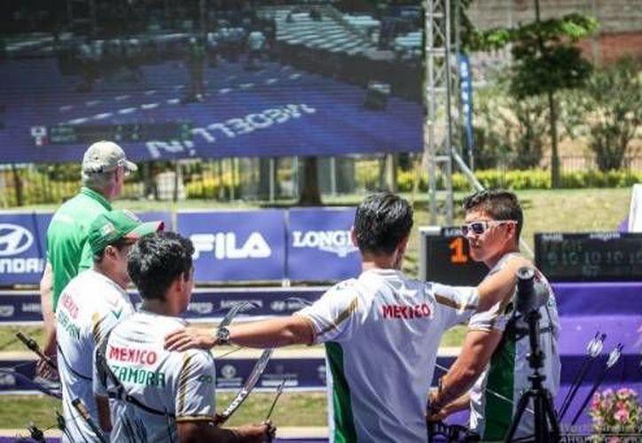 Juan René Serrano, Ernesto Boardman y Oldair Zamora conforman el equipo mexicano de Tiro con Arco que se disputará la final de la especialidad frente a Corea. (Twitter: Conade)
