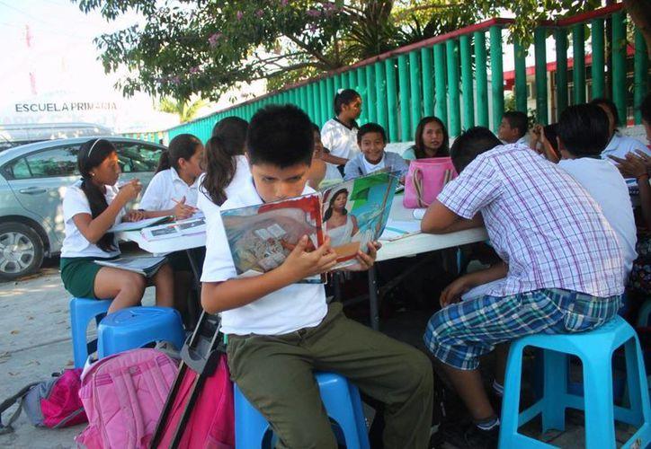 Madres de familia interpusieron una queja ante Derechos Humanos ante la intimidación que han sufrido sus hijos por tomar clases afuera de la escuela. (Daniel Pacheco/SIPSE)