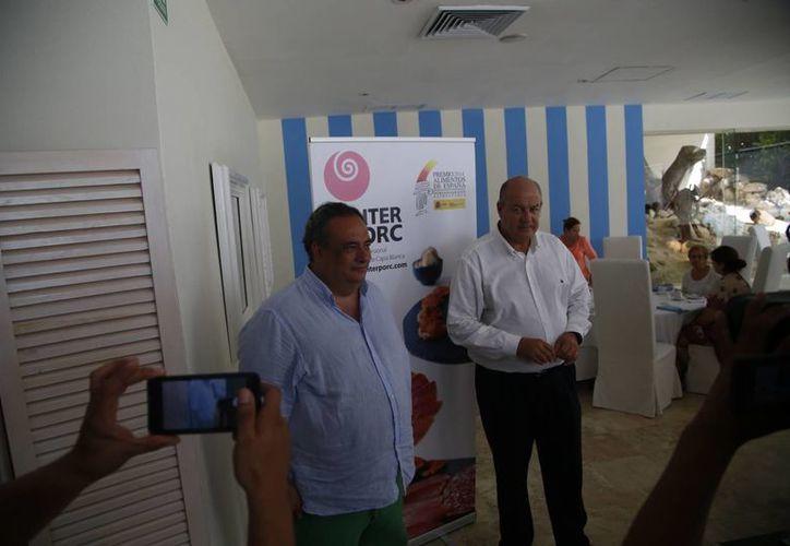 Directivos promueven el consumo de embutidos españoles. (Israel Leal/SIPSE)