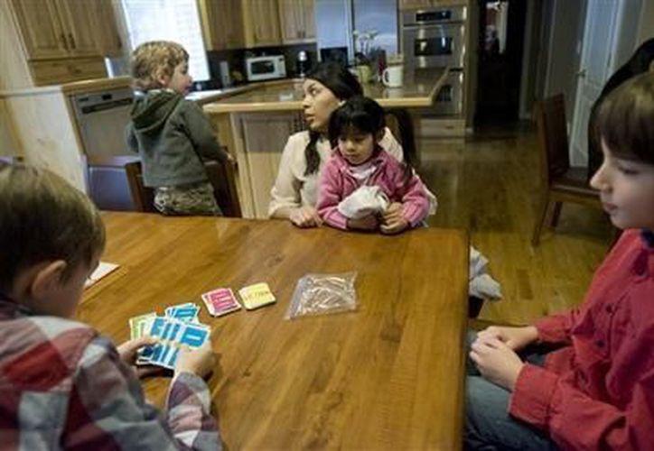 Blanca Eguizábal atiende a los hijos de Jeffrey y Jennifer DenBleyker, quienes la contrataron como niñera para que le permita mejorar su español a dos de sus hijos que son adoptados. (Agencias)