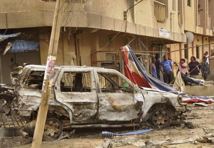 Imagen de autos y edificios dañados por la explosión de un carro-bomba en Jos, Nigeria. (Agencias)