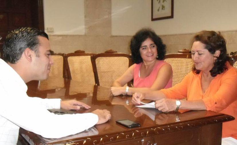 El regidor Elías Lixa en reunión con Silvia López Escoffié (d), coordinadora estatal de Movimiento Ciudadano, y una persona no identificada. (Cortesía)