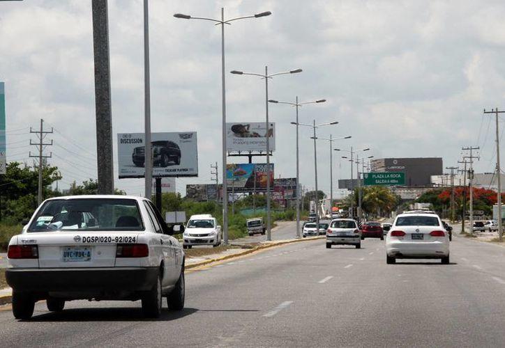 Avenidas principales como la Tulum, José López Portillo y Andrés Quintana Roo, entre otras, lucieron con poca circulación de automóviles. (Luis soto/SIPSE)