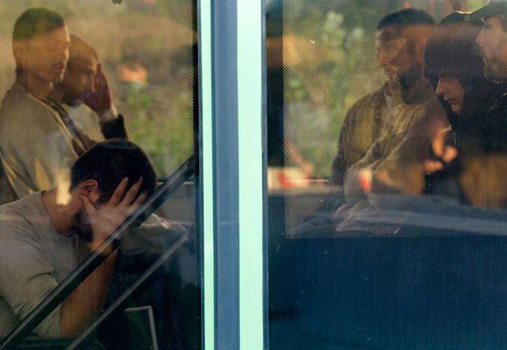 Soldados ucranianos prisioneros de guerra, en Ucrania, a bordo de un autobús, esperan ser intercambiados, para regresar a su país, cerca de Donetsk. Este sábado hubo acuerdo para lograr una zona desmilitarizada. La imagen es de contexto. (AP)