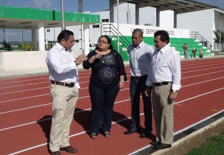 El secretario del IMD, Jesús Aguilar, con los regidores Yahayra Centeno, Gustavo Espadas y Felipe Duarte. (SIPSE)