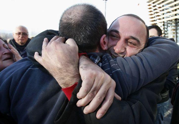 Los familiares abrazar a un ex preso al salir de prisión Gldani N º 8 en Tbilisi, Georgia. (Agencias)
