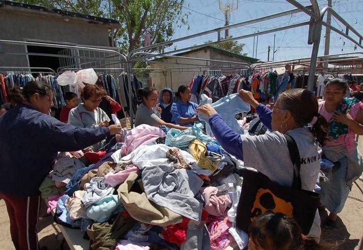 Entre los productos que más se ofertan en los tianguis, son la ropa y calzado de segunda mano. (Foto de Contexto/nortedigital.mx)
