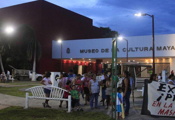 La denominada marcha del silencio partió del Museo de la Cultura Maya hasta el Palacio de Gobierno. (Harold Alcocer/SIPSE)