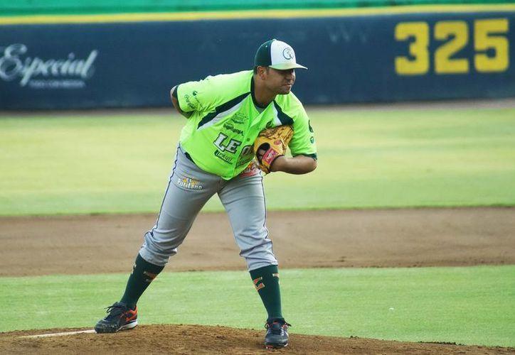 Jonathan Castellanos, el mejor brazo de Leones de Yucatán, durante una jugada en uno de los partidos celebrados por el equipo melenudo. (Milenio Novedades)